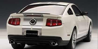 AUTOart: 2010 Ford Mustang GT500 - Performance White w/ Silver Stripes (72917) im 1:18 maßstab