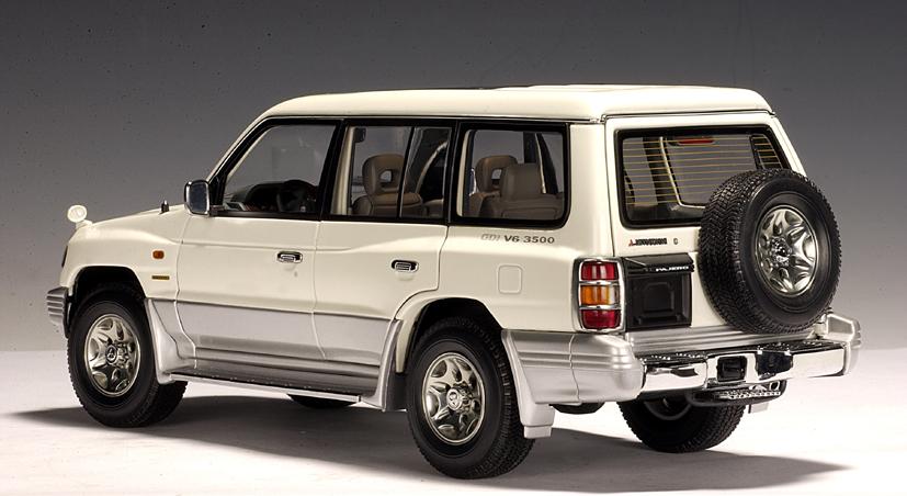 AUTOart: 1998 Mitsubishi Pajero LWB - White - LHD (77106) in 1:18 scale - mDiecast