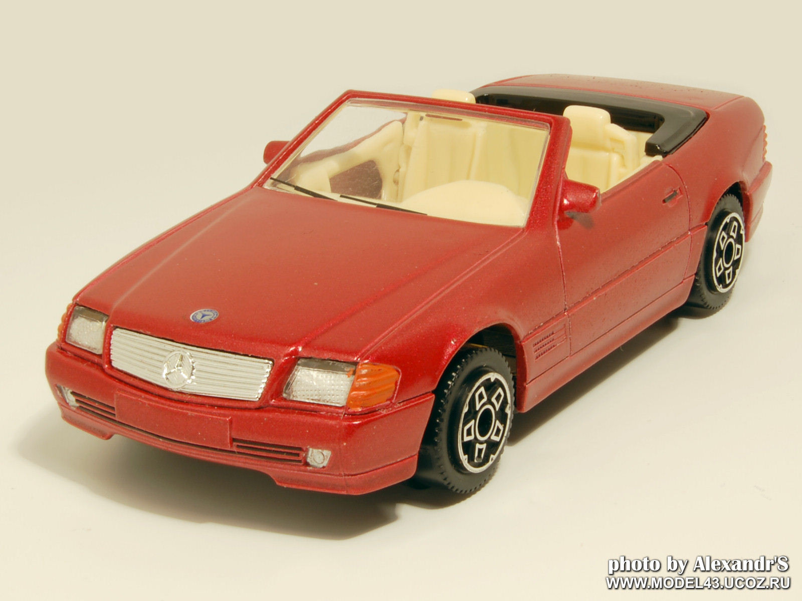 Bburago: 1989 Mercedes-Benz 300 SL (R129) - Red Metallic (cod.4181) in 1:43 scale