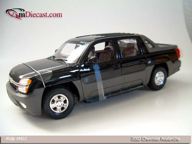 Welly: 2002 Chevrolet Avalanche - Black (9852) im 1:18 maßstab